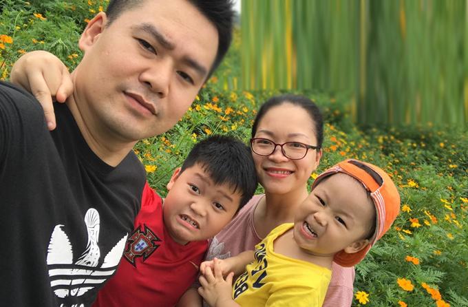 Cậu bé Duy Minh (áo đỏ) bên gia đình.