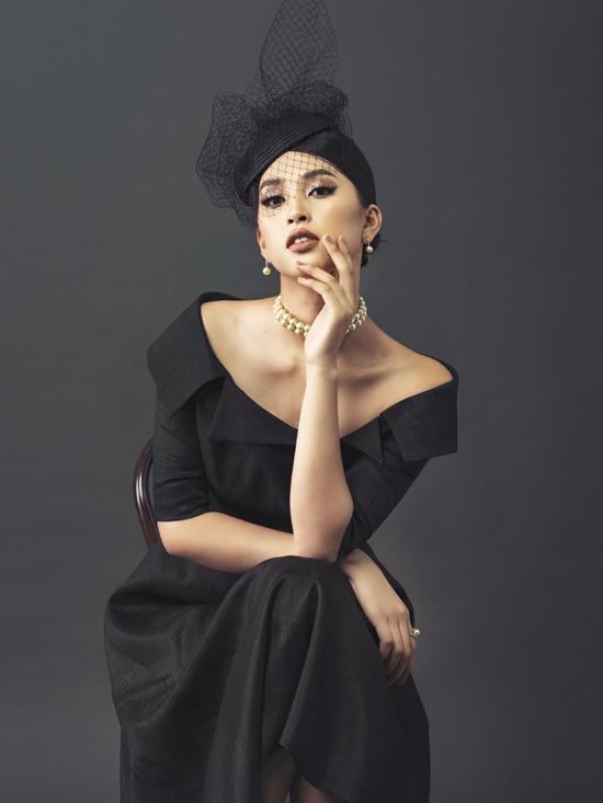 Khi diện váy cổ vest kiểu trễ vai, phụ kiện mũ công nương, vòng cổ ngọc trai được mix-match ăn ý cho trang phục.