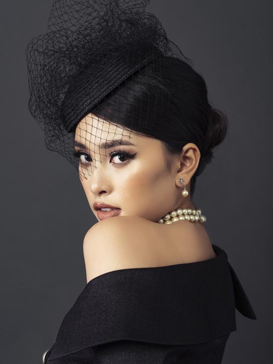 Tiểu Vy với hình tượng quý phái và quyến rũ trong bộ ảnh thực hiện cùng nhà thiết kế Lê Ngọc Lâm.