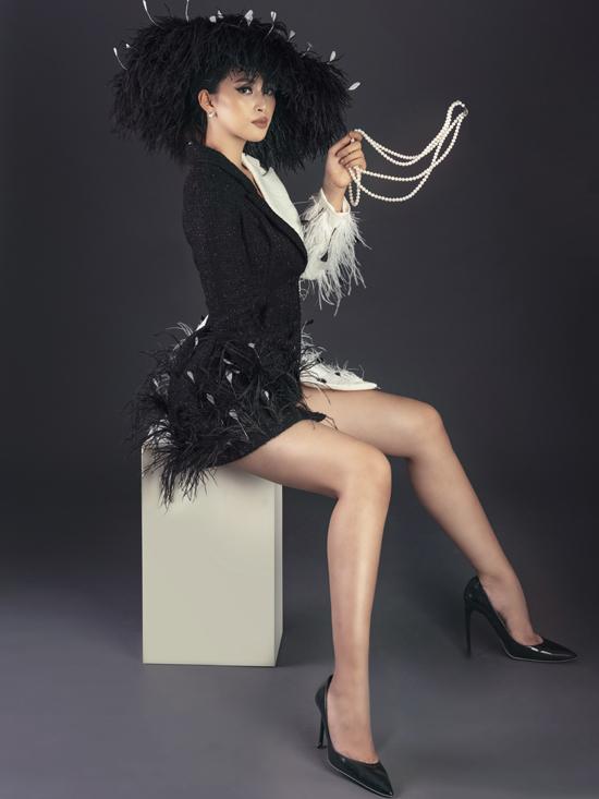 Blazer dress thiết kế trên chất liệu vải tweed thể hiện phong cách hợp mùa và giúp Tiểu Vy khoe chân thon gợi cảm.