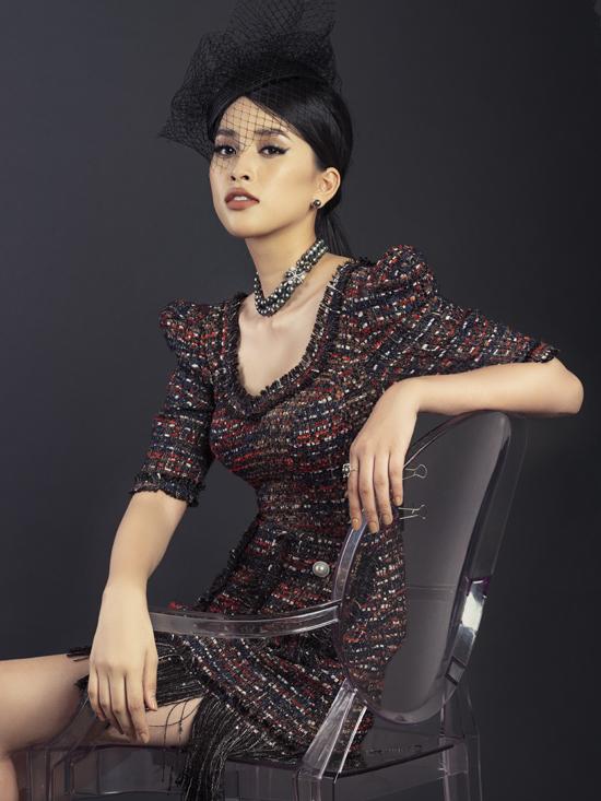 Váy vải tweed được tạo điểm nhấn bằng cầu vai ấn tượng, đính kết tua rua hài hòa với sắc màu của họa tiết.