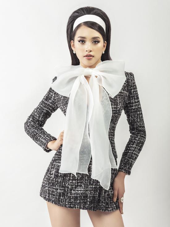 Chất liệu vải tweed được nhà thiết kế khai thác một cách hiệu quả trên nhiều dáng váy mang tính ứng dụng cao.