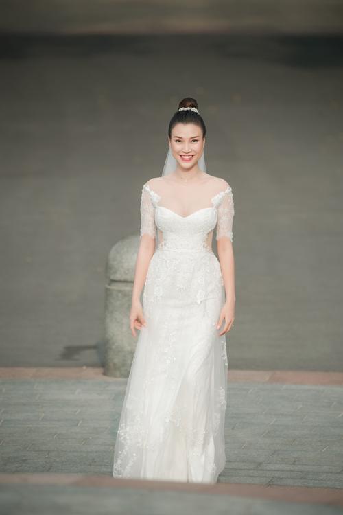 Về mái tóc, Tuyết Nhi tư vấn Hoàng Oanh về kiểu tóc búi cao, tránh cho các lọn tóc lộn xộn trong gió ở tiệc cưới ngoài trời. Chị sử dụng cài tóc đính đá tạo điểm nhấn.