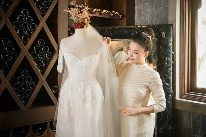Trương Thanh Hải thể hiện dấu ấn cá nhân trên mẫu đầm ở kĩ thuật đính kết đá, họa tiết ren thêu tay tạo thành hình ảnh những đóa hoa rơitoàn bộ thân áo.