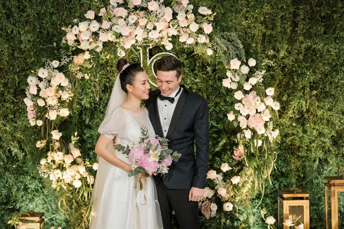 Trong tiệc cưới tối ngày 1/12 tại TP HCM, cô dâu Hoàng Oanh đã diện 2 váy cưới đến từ NTK Trương Thanh Hải - người anh thân thiết đã đồng hành cùng Á hậu suốt nhiều năm liền.
