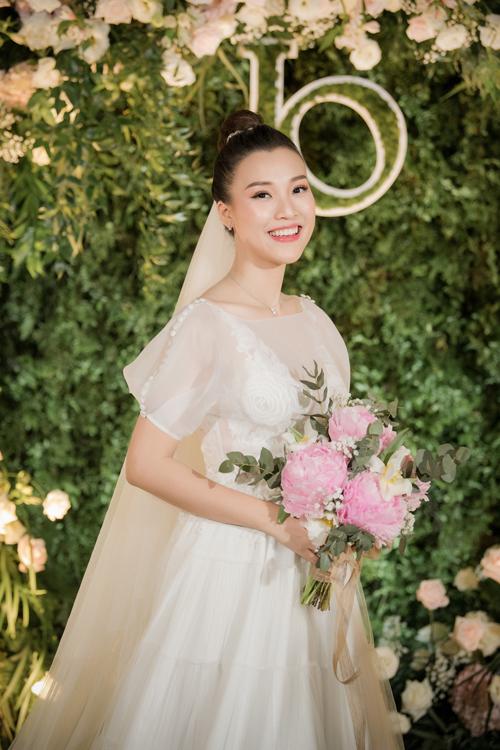 Chiều1/12, makeup Tuyết Nhi tiếp tục phụ trách làm đẹp cho cô dâu Hoàng Oanh ở tiệc cưới tại TP HCM. Layout makeup của cô dâu có sự ảnh hưởng phong cách làm đẹp từ nữ giới Hàn Quốc với làn da trắng sáng, trong trẻo, tôn đường nét Á đông.
