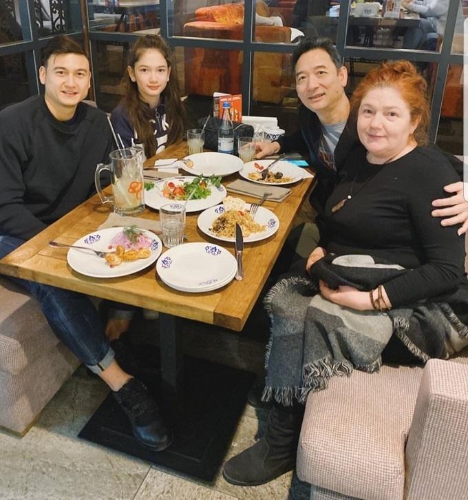 Văn Lâm ăn tối cùng bố mẹ và em gái khi về Nga thăm nhà cuối tháng trước.
