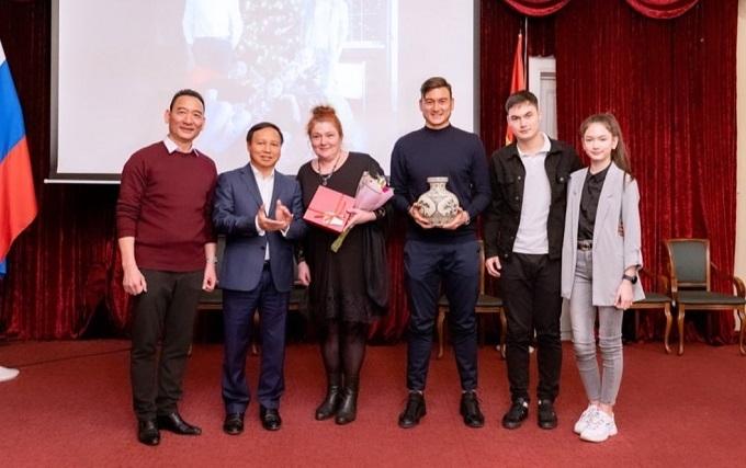 Gia đình Văn Lâm được Đại sứ quán Việt Nam ở Nga trao kỷ niệm chương hôm 1/12.