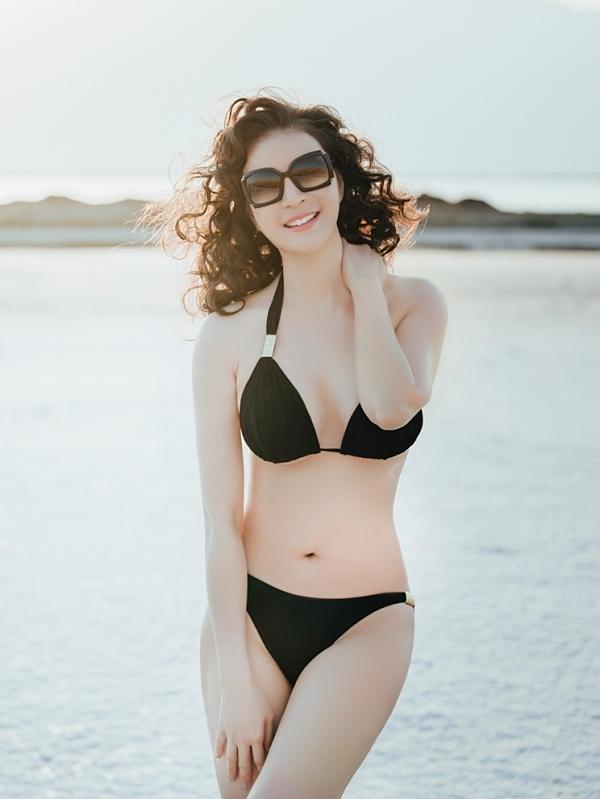 Thanh Mai khoe vòng eo 58 cm. Đây là lần hiếm hoi nữ MC Sức sống mới diện bikini dù ở độ tuổi trung niên.