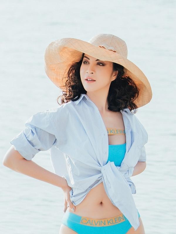 Người đẹp chọn các trang phục áo tắm đơn sắc, kết hợp nón và áo sơmi khoác ngoài.