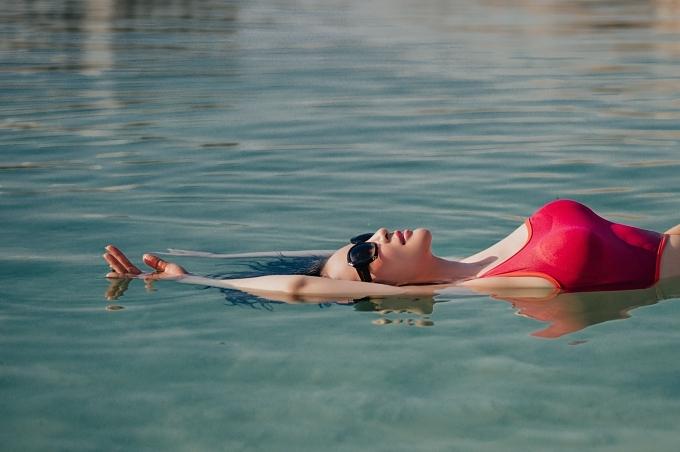 Thanh Mai thích thú trải nghiệm cảm giác thả nổi trên mặt nước Biển Chết.