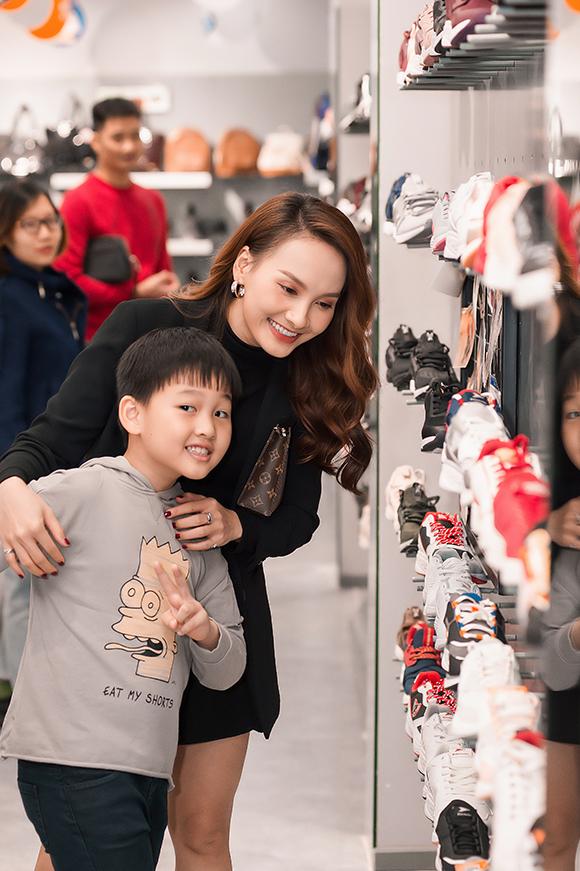 Bé Binrất hào hứng khi được bố mẹ hứa mua cho giày mới. Cậu bé năm nay 8 tuổi, đã gần cao bằng mẹ. Bảo Thanh kết hôn và sinh con năm 21 tuổi, khi còn là sinh viên trường Sân khấu - Điện ảnh Hà Nội.