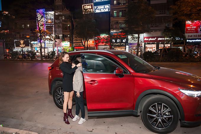Trước đó, chồng Bảo Thanh lái xe đưa hai mẹ con côđến dự sự kiện. Thấy trời lạnh, nữ diễn viên cẩn thận đội mũ cho con ngay khi vừa xuống xe.