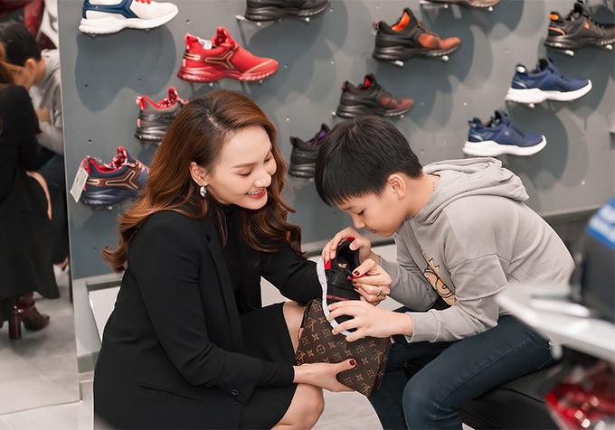 Hai mẹ con Bảo Thanh tỉ mỉ xem từng chi tiết khi chọn giày cho bé Bin.