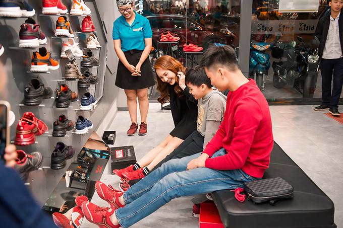 Gia đình Bảo Thanh hào hứng khi tìm thấy những mẫu giày ton sur ton cho cả 3 thành viên.