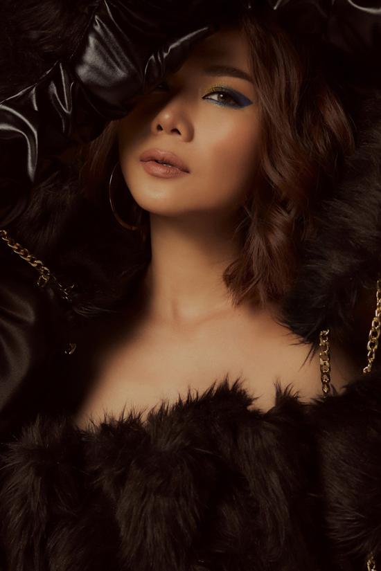 Thanh Hằng chọn kiểu trang điểm sắc sảo với đôi mắt sếch nhũ bóng lấp lấp bên cạnh màu son trầm, gương mặt tạo khối và mái tóc ngắn làm xoăn vô cùng gợi cảm.