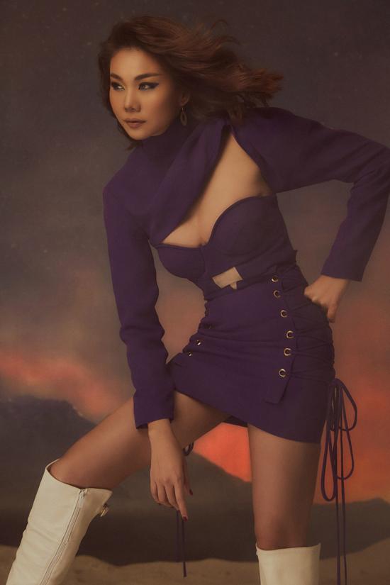 Bên cạnh đường cut-out sắc nét ở phần ngực áo, váy tím của Thanh Hằng còn được trang trí dây đan mang đến sự độc đáo.