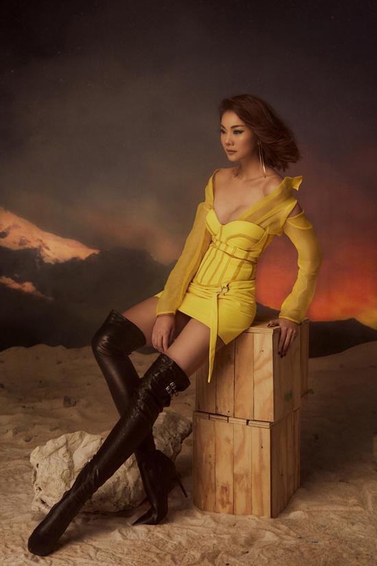 Trong bộ ảnh mới thực hiện cùngnhiếp ảnh Hoàng Phúc, stylist Louis Đặng,siêu mẫu Thanh Hằng gây ấn tượng bằng phong cách gợi cảm.