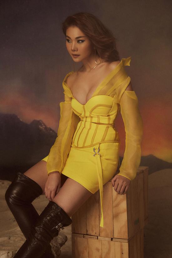 Đầm corset khai thác khoảng hở táo bạo ở phần ngực giúp siêu mẫu Thanh Hằngkhoe hình thể gợi cảm.