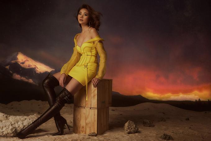 Trang phục theo đúng xu hướng thịnh hành, tông màu hợp trend đều được lựa chọn. Nổi bật là mẫu váy ngắn tông vàng rực rỡ được phối cùng bốt da cao cổ tông đen.