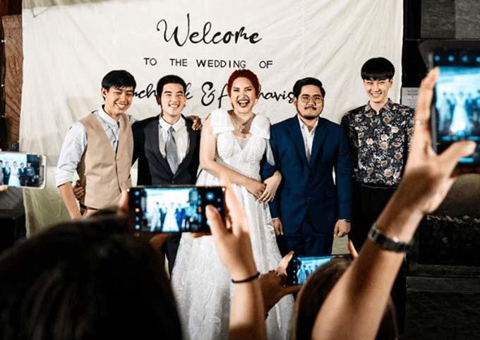 Cô dâu Sine vòng tay chú rể Puh, cười tươi khi chụp cùng ba bạn trai cũ ở đám cưới. Ảnh: Facebook.