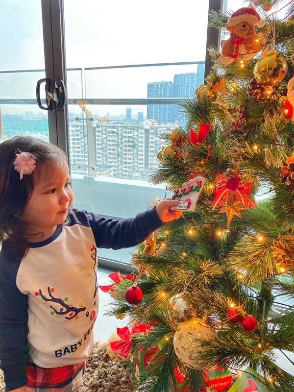Hà Anh để nhiệt độ phòng là 10 độ C để cảm nhận không khí Giáng sinh giữa lòng Sài Gòn. Năm ngoái Myla chỉ mở to mắt nhìn cây thông nhưng chưa biết thích. Năm nay đã đùa giỡn, chạy nhảy tung tăng. Có Myla, Noel ngọt ngào và tròn trịa hơn, siêu mẫu bảo.