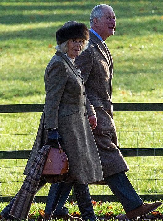 Thái tử Charles và vợ Camilla đi lễ nhà thờ ở Sandringhamhôm 1/12. Ảnh: Geoff Robinson.