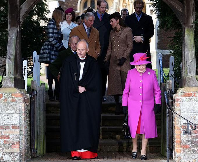 Nữ hoàng và các thành viên hoàng gia Anh dự lễ nhà thờ ở Sandringham năm 2014. Ảnh: PA.