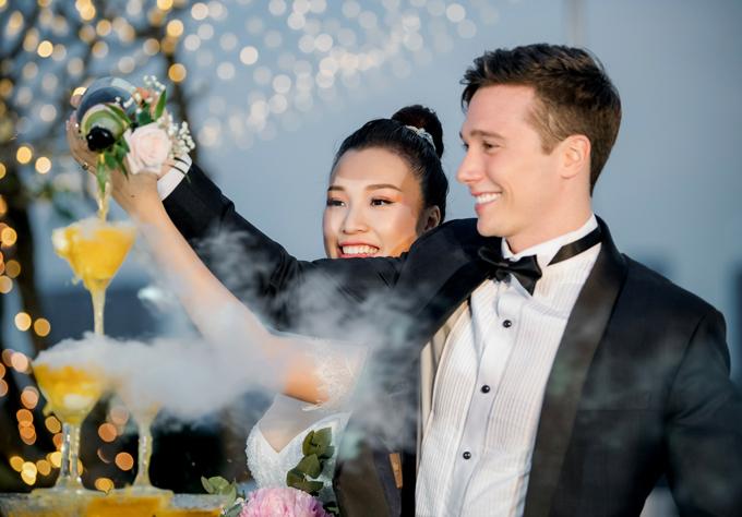 Vợ chồng Hoàng Oanh tay trong tay rót rượu mừng.