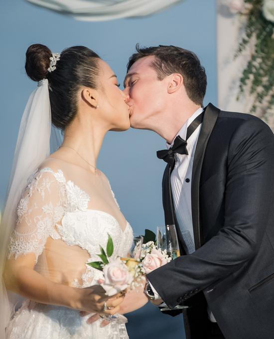 Cặp đôi say đắm trao nhau nụ hôn ngọt ngào, đánh dấu ngày họ chính thức trở thành vợ chồng.