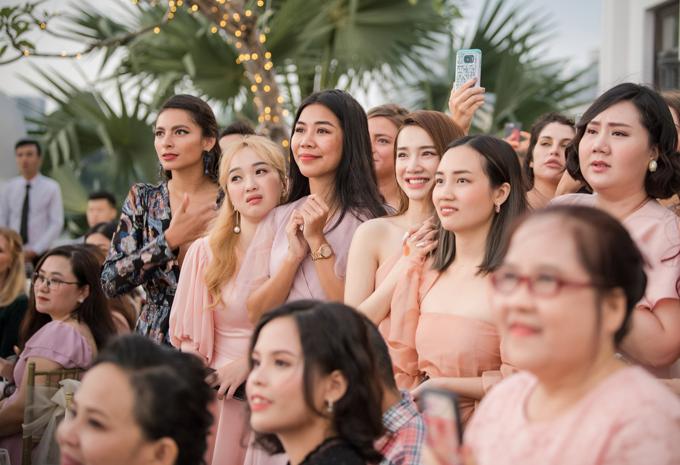 Chứng kiến khoảnh khắc khó quên Hoàng Oanh và ông xã Jack, tất cả khách mời, trong đó có diễn viên Nhã Phương, Minh Thảo rấtxúc động.