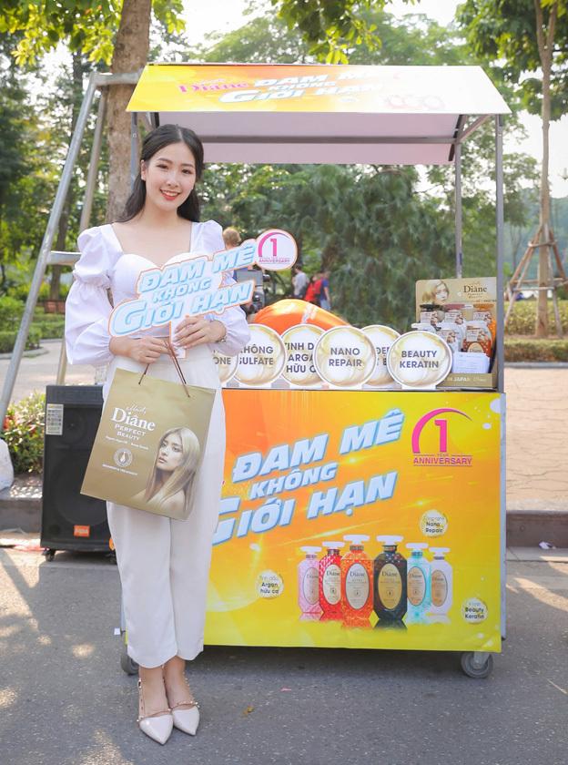 Trần Nam Phương khoe vẻ duyên dáng trong bộ trang phục màu trắng. Cô nữ sinh trường Đại học Hà Nội bất ngờ trước quy mô của bữa tiệc ngoài trời do Moist Diane tổ chức. Đây là hoạt động đầu tiên côtham gia sau khi giành giải Nhất Nữ sinh thanh lịch Thủ đô 2019.