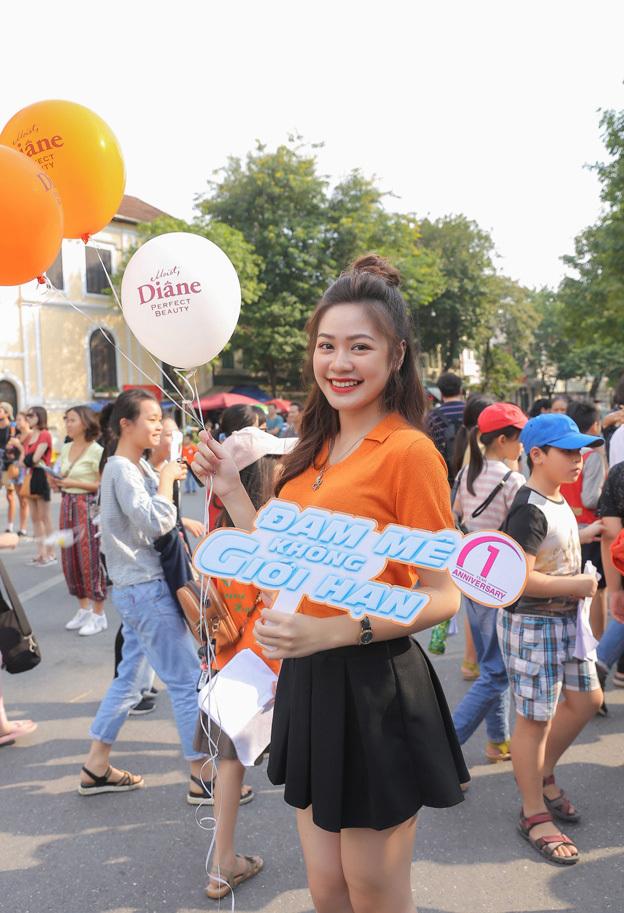 Đi cùngvới Nam Phương là Phan Hà Vy - Á khôi Nữ sinh thanh lịch Thủ đô 2019. Cô gái xinh đẹp nổi bật giữa phố đông người với áo phông cam, chân váy xòe trẻ trung. Hà Vy cũng chia sẻ ngaykhi nhận được thông tin sự kiện, cô rất mong đợi được tham gia và choáng ngợp trước quy mô,tinh thần sôi nổi của bữa tiệc với màu cam chủ đạo.