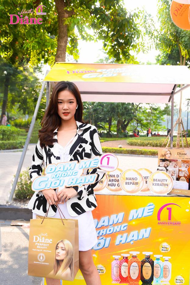 Hot girl Trần Trang Anh thích thú khi đến với Đam mê không giới hạn. Qua trải nghiệm sản phẩm Moist Diane, cô bị chinh phục bởi kết quả dòng dầu gội tinh dầu này mang lại.