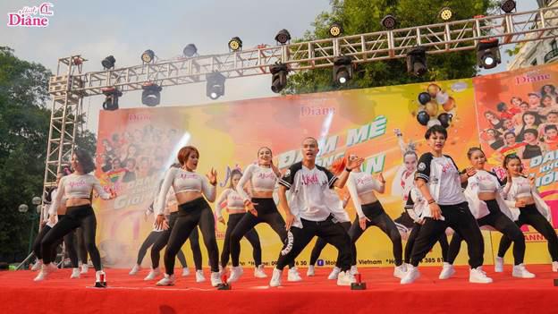 Với tên gọi Đam mê không giới hạn, đây là lần thứ 5 sự kiện nhảy zumba tập thể được Moist Diane - dầu gội tinh chất của Nhật Bản, tổ chức tại Hà Nội. Hoạt động này cũng là bữa tiệc sinh nhật một tuổi của thương hiệu Moist Diane, từ khi được Nam Thành Group nhập khẩu và phân phối tại Việt Nam.