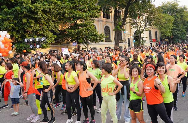 Sự kiện thu hút hàng nghìn người tham gia và cùng hòa nhịp vào các điệu nhảy zumba.