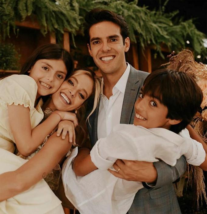 Kaka bên vợ mới cưới Carolina Dias và hai con riêng của anh, bé Luca và bé Isabella.