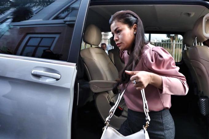 Bà Diệp Thảo xuống xe, cùng trợ lý di chuyển lên phòng xử án sáng 2/12. Ảnh: Hữu Khoa.