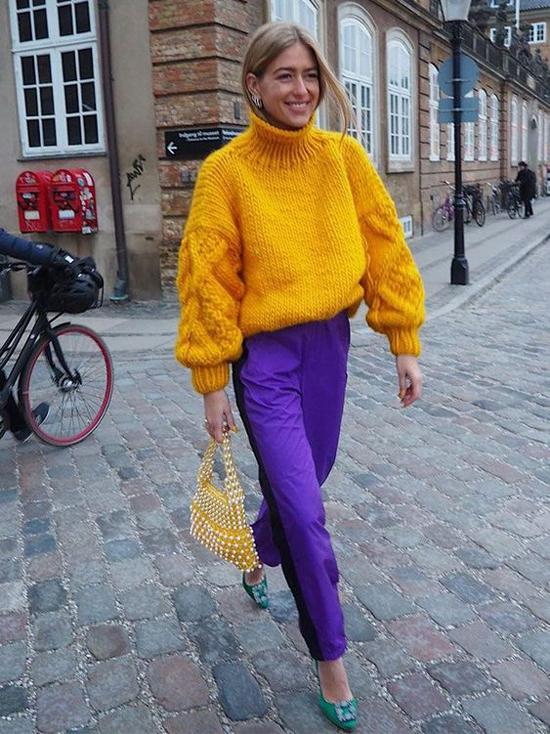 Trang phục tím phối cùng áo quần tông vàng tươi, cam rực rỡ hiện là xu hướng được phái đẹp thế giới yêu thích.