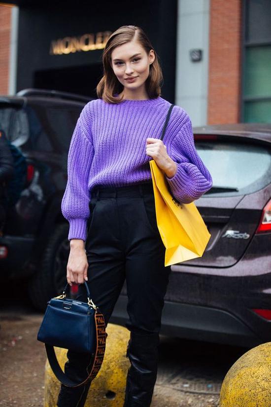 Ở mùa đông năm nay, bên cạnh áo len đỏ mang sắc màu không khí giáng sinh là sự xuất hiện của các mẫu áo gam tím.