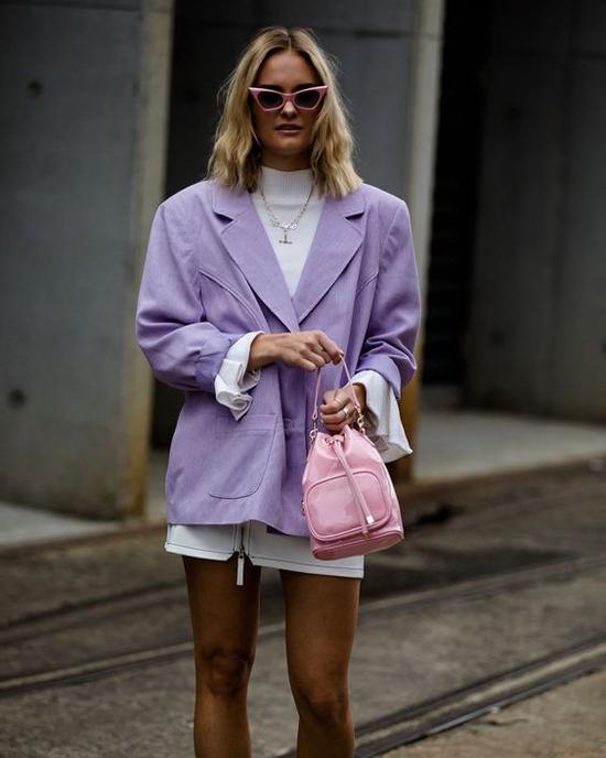 Không khó để thể hiện vẻ đẹp thanh lịch klhi đến văn phòng với áo blazer dáng rộng, áo len cổ lọ và chân váy chữ A dáng ngắn.