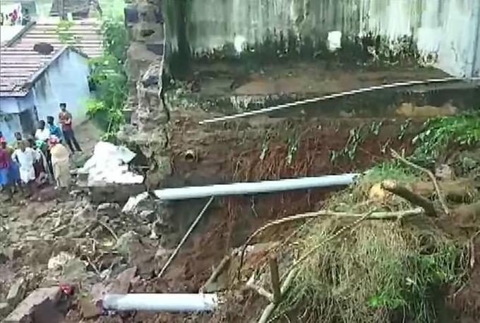 Đống đổ nát sau khi tường sập đè vào các ngôi nhà tại ngôi làng ở bang Tamil Nadu sáng 1/12. Ảnh: ANI.