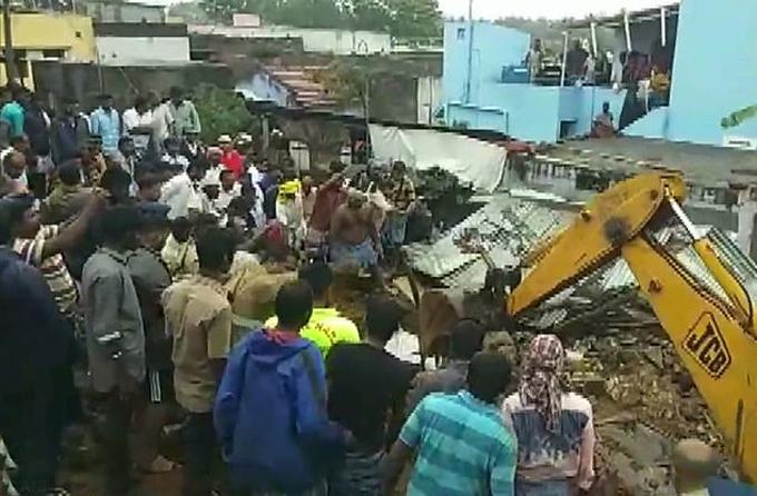 Máy xúc bới đống đổ nát để tìm kiếm các nạn nhân tại ngôi làng ở bang Tamil Nadu sáng 1/12. Ảnh: ANI.