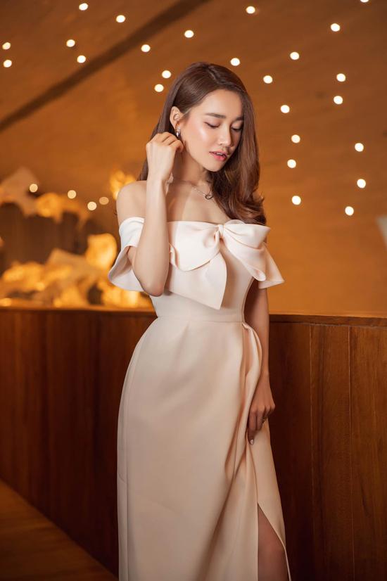 Nhã Phương lăng xê một cách nhiệt thành cho xu hướng váy đính nơ. Trong nhiều sự kiện tổ chức gần đây, nữ diễn viên đều chọn trang phục này để chưng diện.