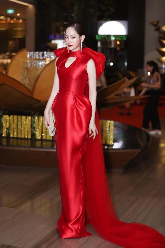Váy lụa đỏ tươi của Phương My dành chodiễn viên Lan Phương được chăm chút tỉ mỉ về phom dáng phồng hông, đải nơ điệu đà.