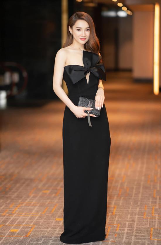 Sau thời gian dài trung thành với mốt váy xòe, đầm công chúa, Nhã Phương đổi gu ăn mặc với các mẫu thanh lịch và hợp xu hướng.