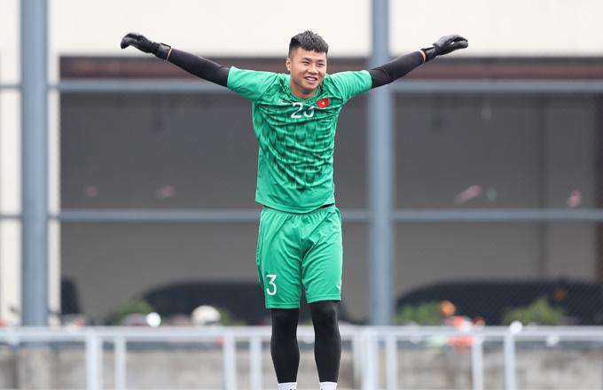Trong trận thắng 6-1 trước Lào, thủ thành 20 tuổi cũng một lần vào lưới nhặt bóng.