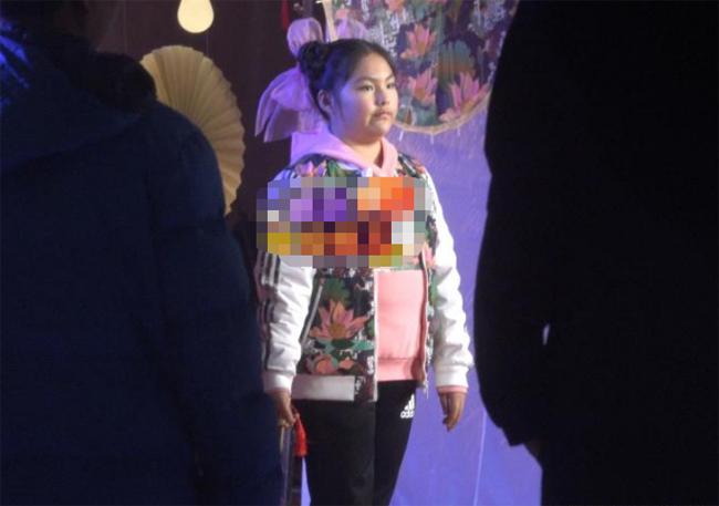 Vương Thi Linh - con gái của MC nổi tiếng Trung Quốc Lý Tương ghi hình quảng cáo hôm 1/12. Dưới ống kính của paparazzi, cô bé 12 tuổi trông tròn trịa, cằm lộ rõ nọng, trông tròn xoe. Vóc dáng của Vương Thi Linh được cho là giống hệt bố cô bé.