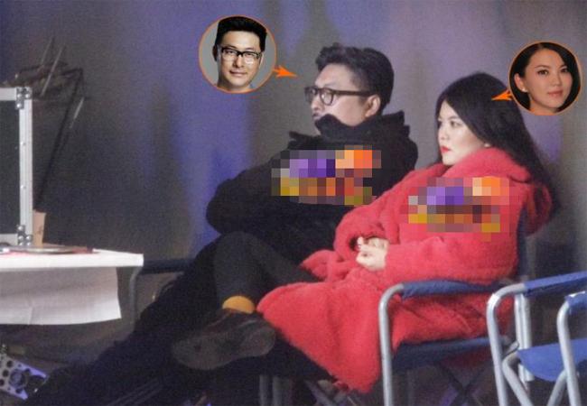 Bố mẹ Vương Thi Linh đến trường quay xem con ghi hình. Cả hai vợ chồng Lý Tương, Vương Nhạc Luân đều sở hữu vóc dáng đồ sộ.