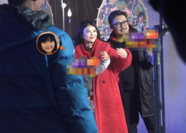 Thi Linh và bố mẹ trên phim trường. Tham gia làng giải trí từ nhỏ, Vương Thi Linh dạn dĩ trước ống kính, tác phong làm việc cũng vô cùng chuyên nghiệp.